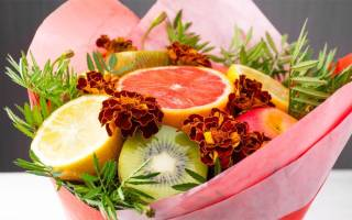 Небольшой букет из фруктов своими руками. Букеты из овощей, ягод и фруктов своими руками: идеи, изготовление, пошаговое фото. Как сделать вкусный, съедобный подарочный букет из целых фруктов, с цветами, конфетами для начинающих: фото. Поздравление к букет